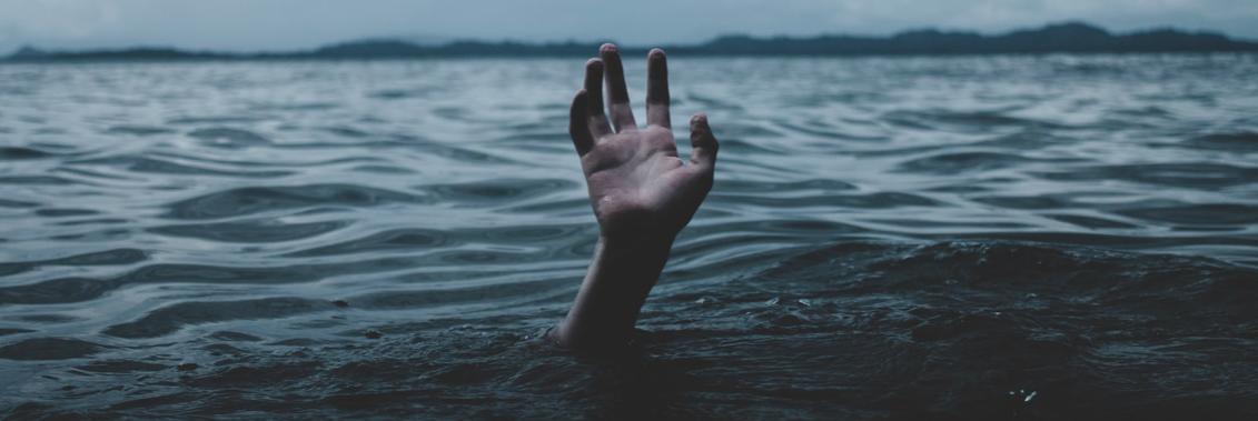 Zaległości w ZUSie - ręka nad wodą szuka ratunku